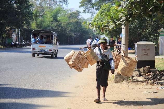 Myanmar Yangon Shin Saw Pu Rd. かご売り
